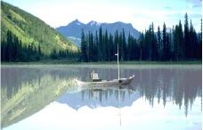 山丘湖水小船