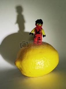 站在柠檬上的小人儿