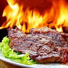 盘子里的烤肉