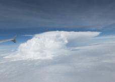 升腾的平顶云团图片