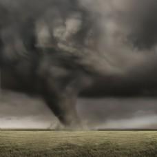 草地上的龙卷风背景