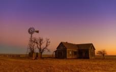 黄昏后的野外背景图