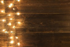 彩灯与木板背景