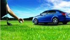草地上的汽车
