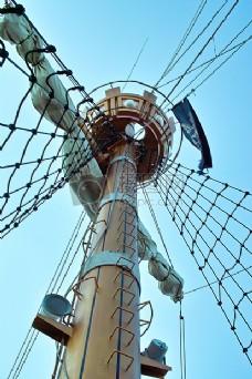 蓝天下的桅杆