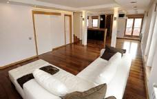 木纹地板与沙发
