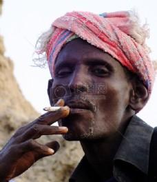 吸烟的阿法尔人