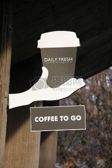 端着咖啡的手