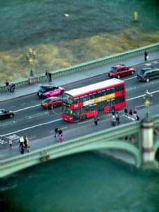 行驶的公交车