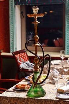 餐桌上的水烟壶