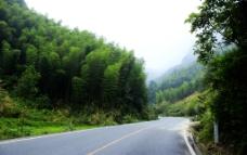 青山下的公路图片