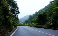 两边是山的公路图片