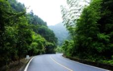 两座山下的公路图片