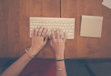 女子正在使用键盘