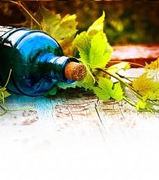 木板上的酒瓶