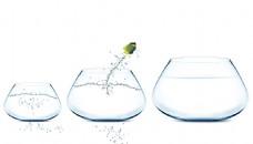 三个鱼缸与飞溅的水花