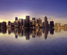 倒影效果围绕城市的清澈湖水倒影着繁华依旧