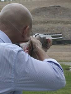 正在大枪的男人
