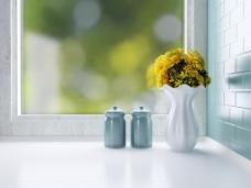 窗台杯子与黄色插花图片