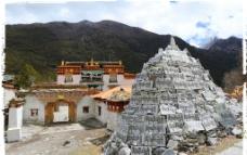 亚丁村中的冲古寺图片
