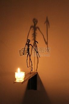 蜡烛后的骷髅