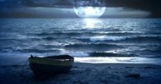 美丽夜晚的海边、沙滩、小船与月亮素材