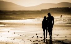 沙滩情侣风景剪影