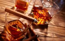 威士忌与雪茄图片