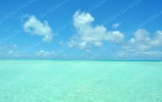 蓝天绿水 海水 白云图片