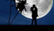 月光下的情侣亲吻剪影图片