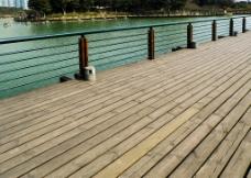 湖边木台图片