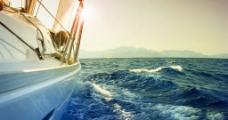 大海中的游艇帆船图片