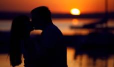 夕阳下亲吻的情侣剪影图片