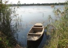 湖面小船图片