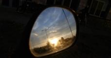 倒车镜中的夕阳图片