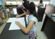 硬笔书写正确的坐姿示范图图片