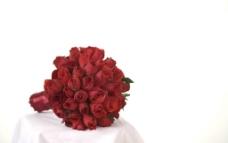 红色玫瑰手捧花图片