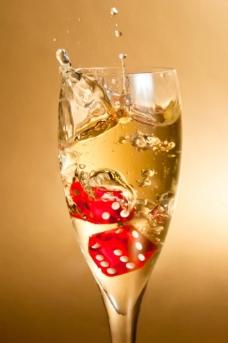 玻璃杯香槟骰子图片