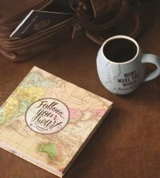 木桌上的书和咖啡杯