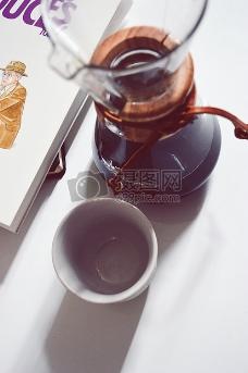 桌子上的咖啡杯