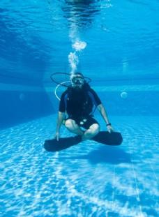 坐在泳池里的潜水员