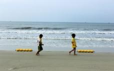 北海银滩小孩嬉戏图片
