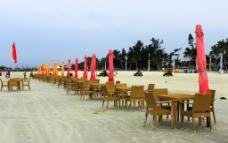 北海银滩遮阳伞桌椅图片
