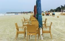 北海银滩遮阳伞藤椅图片
